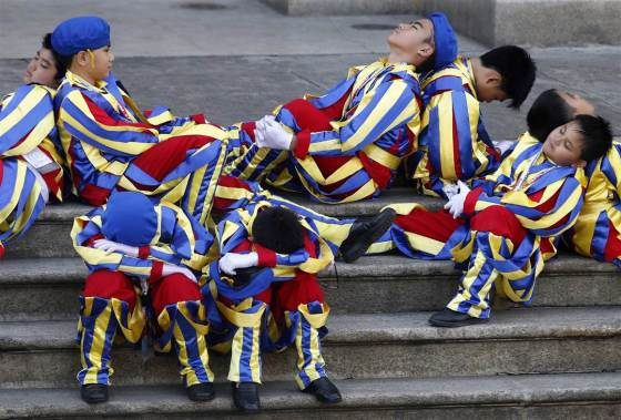 bergoglio philippines - children dressed as swiss guards await pope - Erik De Castro - Reuters
