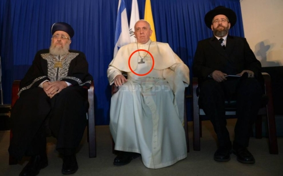 Bergoglio hides Christ! Pope Francis (C) Israel's two chief rabbis, Ashkenazi Rabbi David Lau, left, and Sephardic Rabbi Yitzhak Yosefin (R)