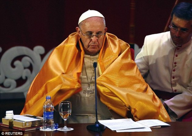 Bergoglio praying to false God of reincarnation:  Hindu priest Kurakkal Somasundaram presented a shawl to Anti pope Bergoglio, during an inter-religious meeting in Colombo, Sri Lanka.